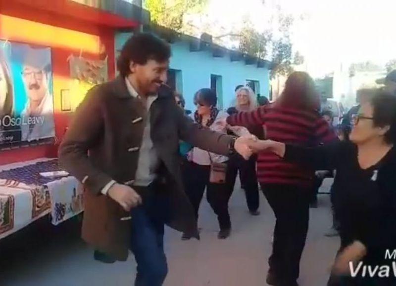 e9e223d951a2 ¿Políticos felices trabajan mejor?: Furor el video de un concejal bailando  cuarteto con una vecina